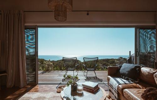 Une jolie terrasse pour un peu plus de confort dans votre espace extérieur